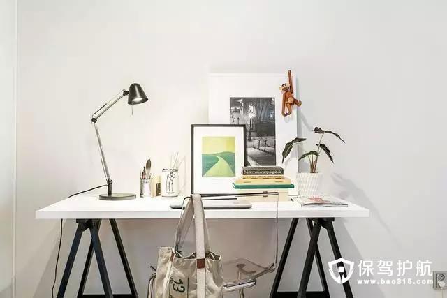 书桌的摆放,配合了少许北欧管用的金属工业元素,突显干练与简约。