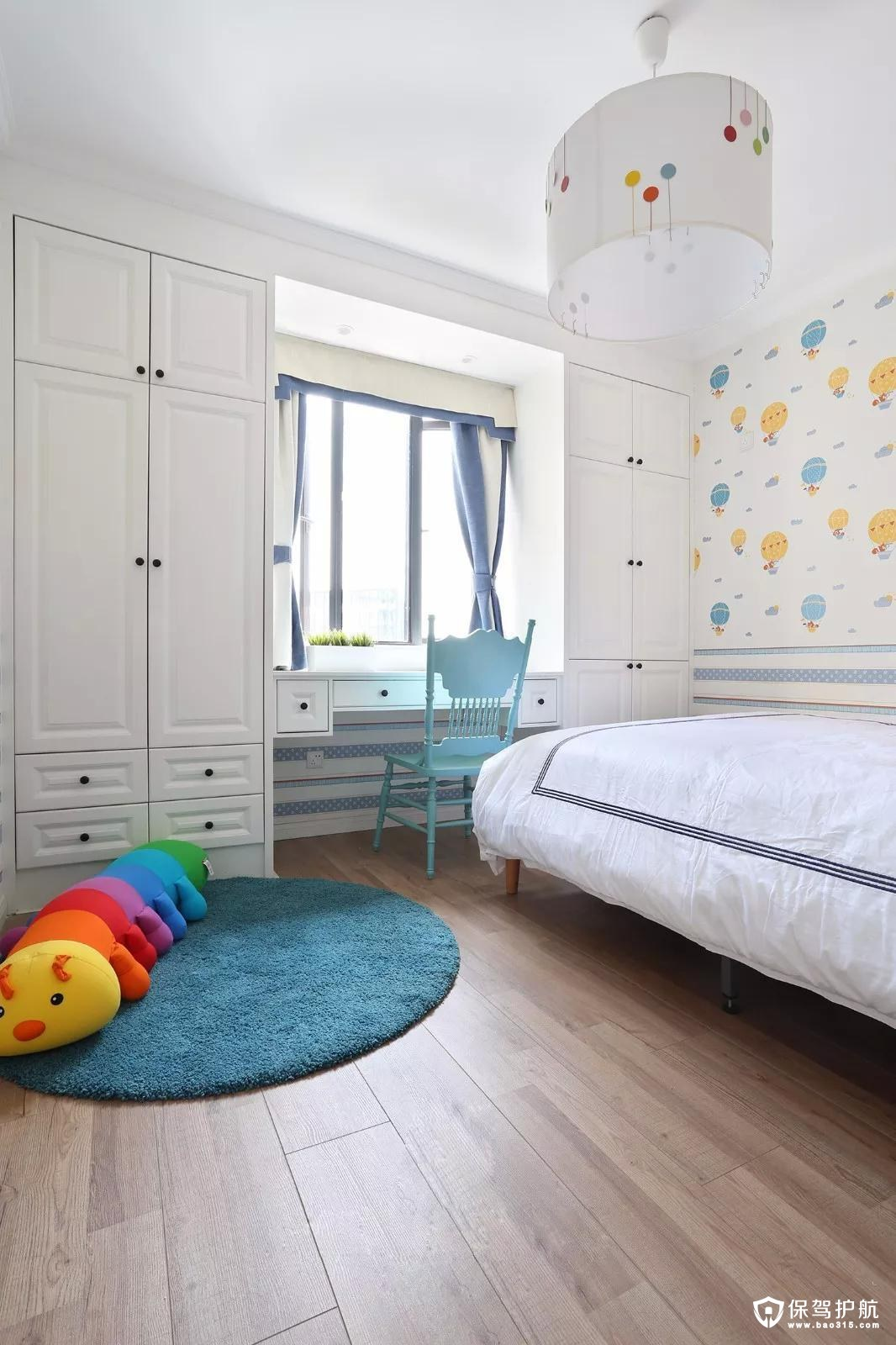 儿童房壁纸与吊灯俏皮可爱,富有童年的趣味与乐趣。靠窗打造的衣柜的书桌,空间也得到了充分有效的利用。