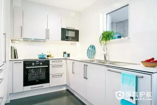 L型的厨房设计不仅节约了空间,蓝色的厨具和蓝色毛巾成了点缀之笔。