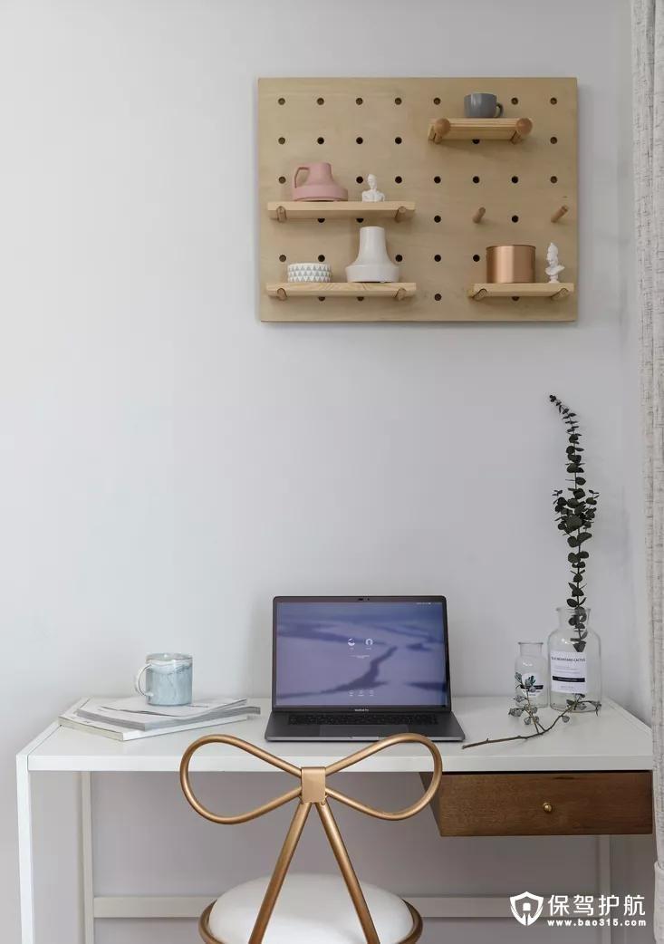 简约的小书桌,蝴蝶结的椅子,网红洞洞板置物架,功能美观全部满足。