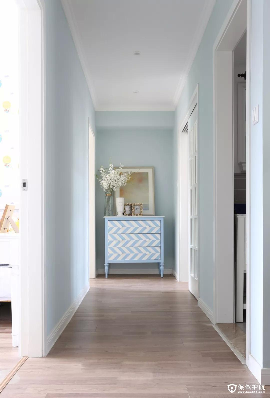 过道尽头的蓝色条纹斗柜,与背景的蓝色相呼应,清新淡雅。