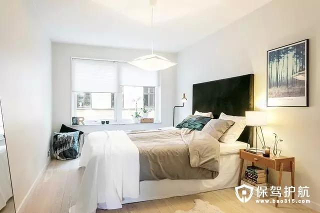 素雅干净的卧室,营造出一种安逸舒服的氛围,浅色的墙面,融合进去的深色的点缀蓝,优雅又有品位。
