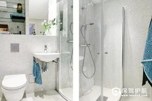 浴室依然惯用白色的瓷砖,采用干湿分离,白色的玻璃门让空间看起来没有那么狭小。蓝色的毛巾给素净的卫生间增加了一些色彩。