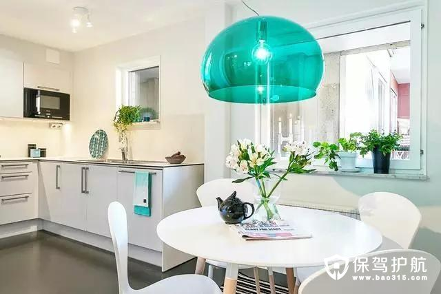 因为是小户型空间,所以采用了开放式的厨房,整体看起来和谐。
