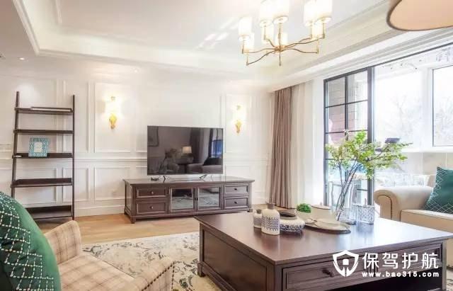 立体的白墙石膏线让整体立体起来,灵动的吊灯融合在屋顶上,配上雅致的花纹地毯,给人以一种美式轻松带有精致细腻的洛可可风。