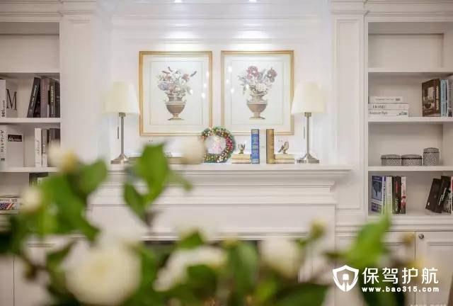 餐厅整体以白色为基底,墙上挂了一幅花卉作品为装饰,让过道在简约的同时又带有一丝丝的花草气息。