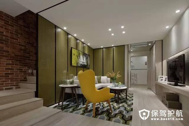 一张黄色的单椅,缓解了客厅带来的单调感。将楼梯布置在沙发后,也挺节省空间的。