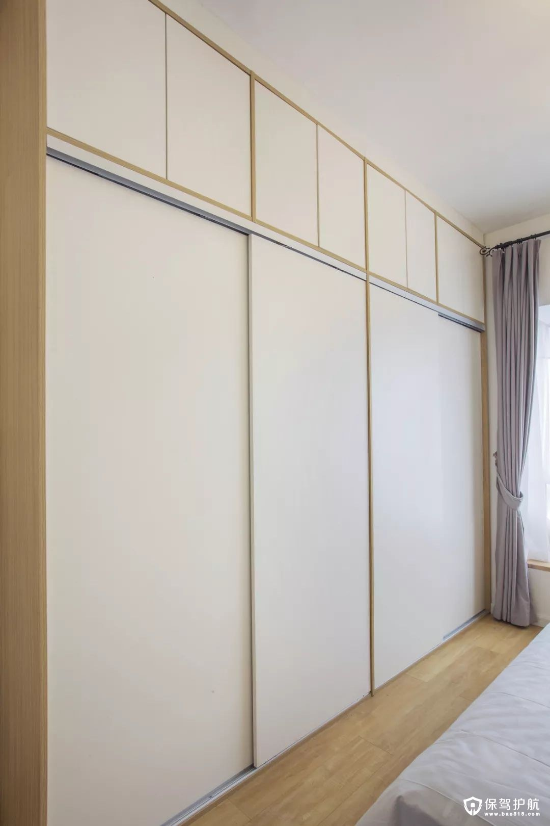 卧室白色原木质感入墙式整体衣柜