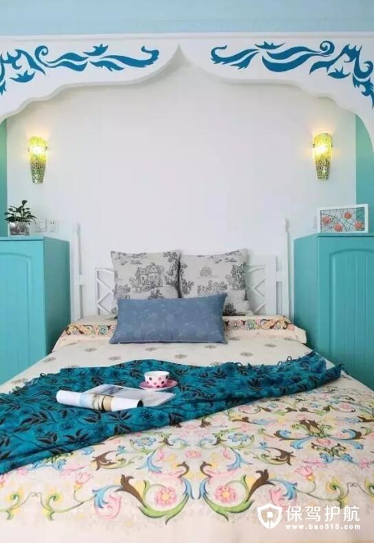 卧室就很地中海了,无论是梁顶的花纹设计还是床品的花纹设计
