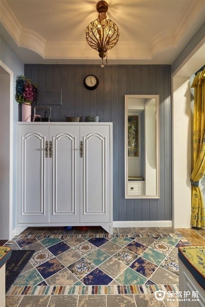 地板砖选用的风格是美式花纹,阳台的护栏是中式的镂空图片