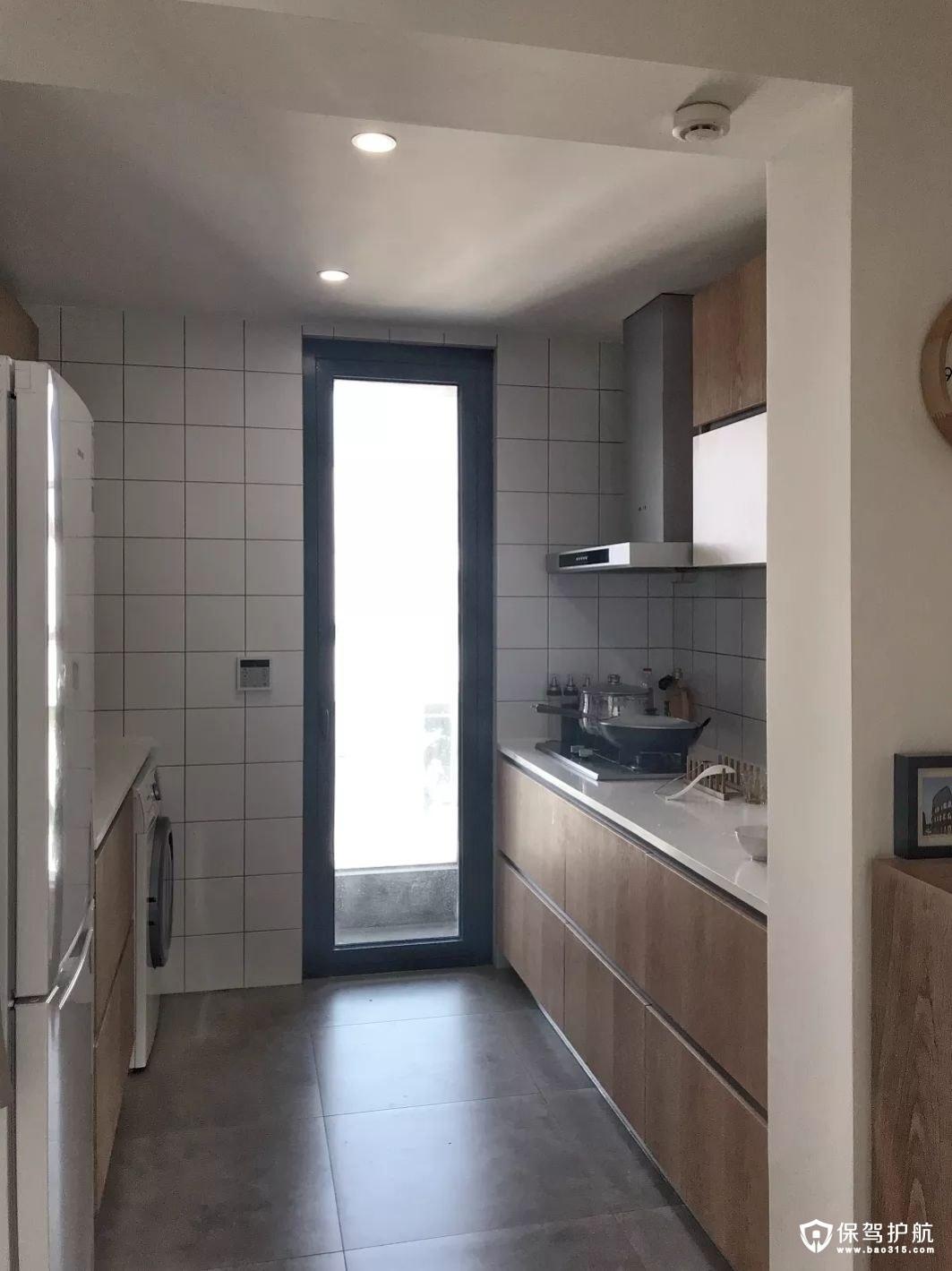 很经典的小厨房设计,像一个商店,用透明的玻璃作为隔断,防止油烟