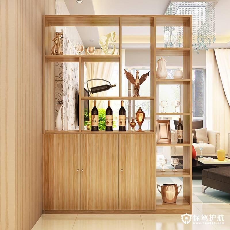 餐厅和厨房酒柜隔断设计,设计风格和整体水平一致,原木风的风格