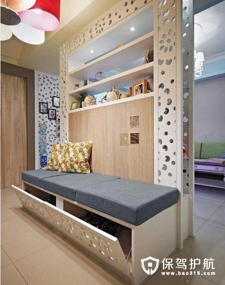 镂空雕花的电视墙面作为客厅玄关的隔断,一层层的柜子可以安置