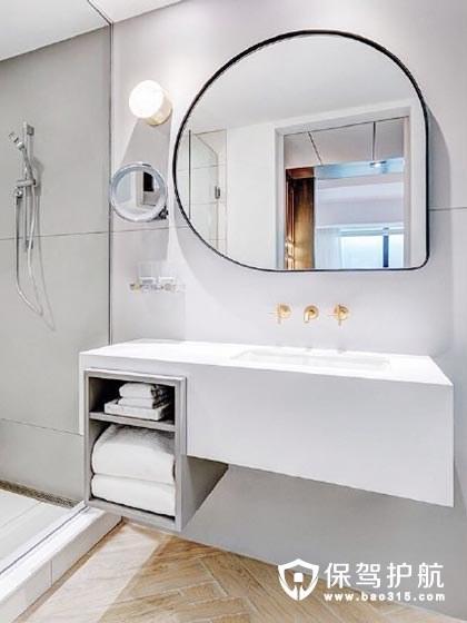 淋浴龙头对着卫生间门