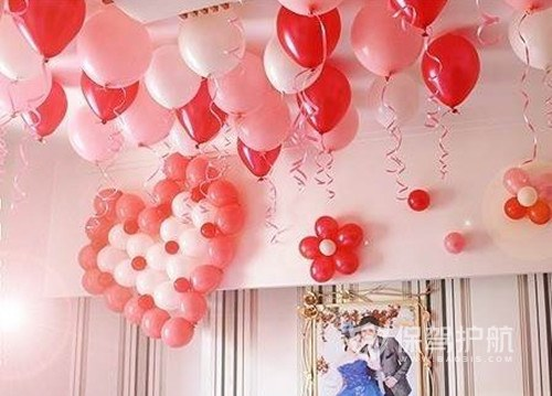 婚房心形气球布置教程 婚房气球怎么粘在墙上?