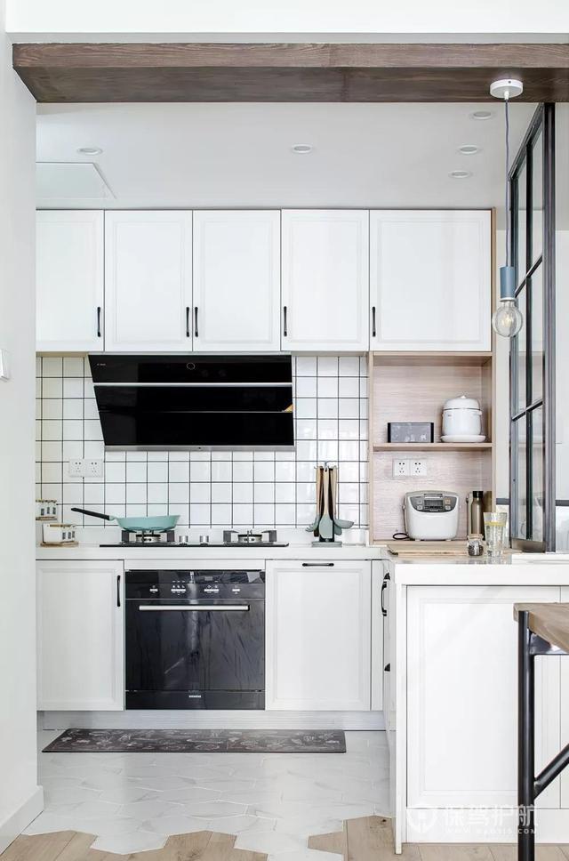 厨房和玄关通过黑色不锈钢的造型来分隔-保驾护航装修网