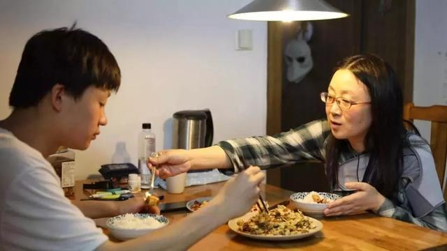 杭州单亲母子,有空房不住挤一床睡17年,窗户不敢关全屋甲醛超标