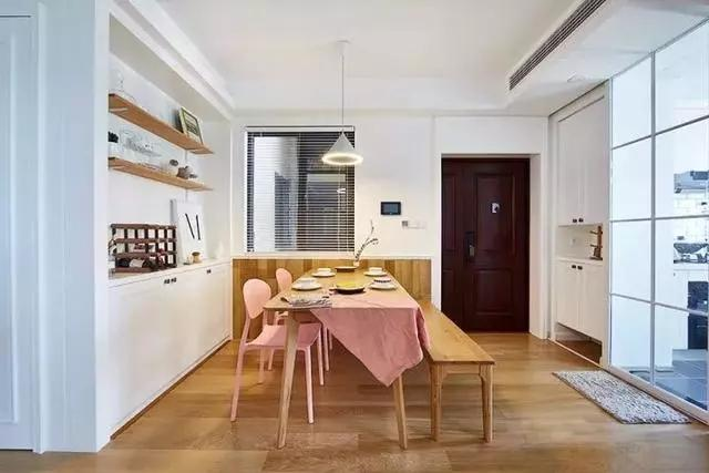89㎡三居室装修将木地板全都打上墙,原来墙壁也能这么高级!