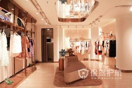 镜像吊顶美式服装店铺装修实景图