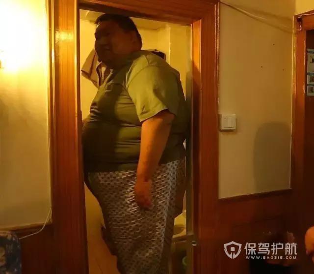和500斤老公挤50㎡小户型,睡觉转不了身,装修改造后面积翻倍