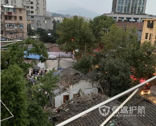 南京一平房爆燃 冲击波震碎对面居民楼的窗户