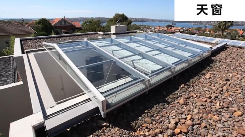 陽光房電動天窗  陽光房電動天窗對居住在斜屋頂層的人們來說,安裝斜屋頂天窗后,可便于獨立復式房和連體復式結構房增加使用面積,還可使居室呈現濃郁的歐式建筑風格