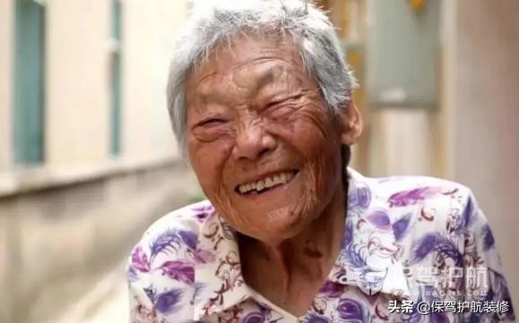 """89岁老人每天翻墙出逃,他把房子改成""""出不去""""的家,感动网友"""