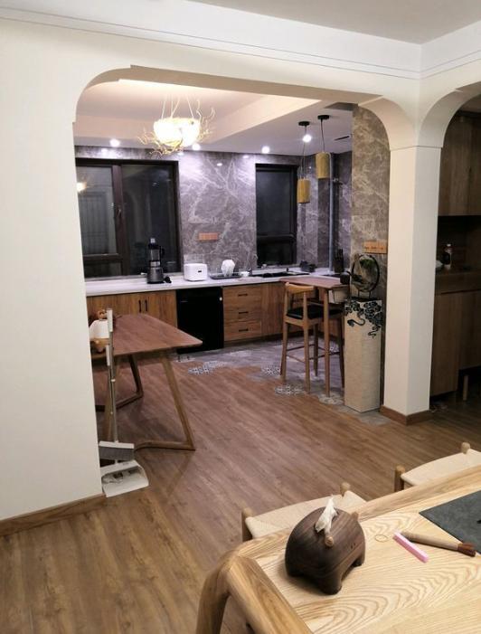 114平套內83平,花28萬把新房裝修成木屋,親戚說像日系風太混亂