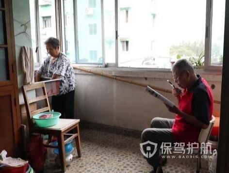 88岁老夫妻蜗居50㎡,为失明老伴,爆改黑科技养老房
