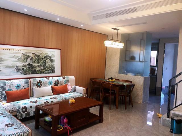 老公买别墅,130㎡现代混搭设计花40万,朋友:只有三个卧室太浪费!