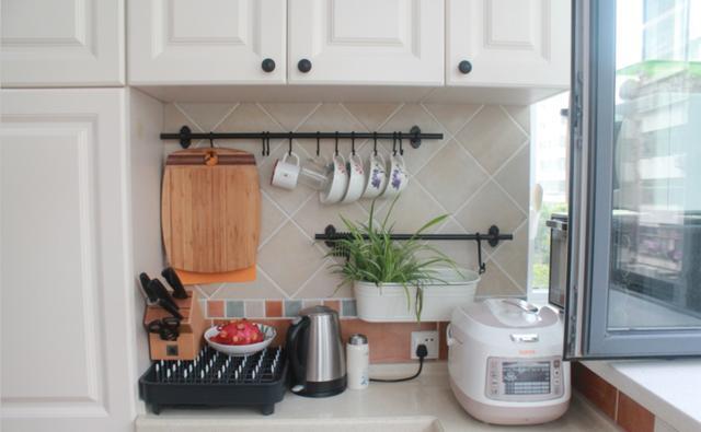 媳婦買81㎡老房,陽臺裝成廚房,鄰居:花22萬被坑了?