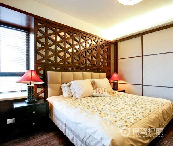 東南亞古典風臥室實木背景墻裝飾效果…