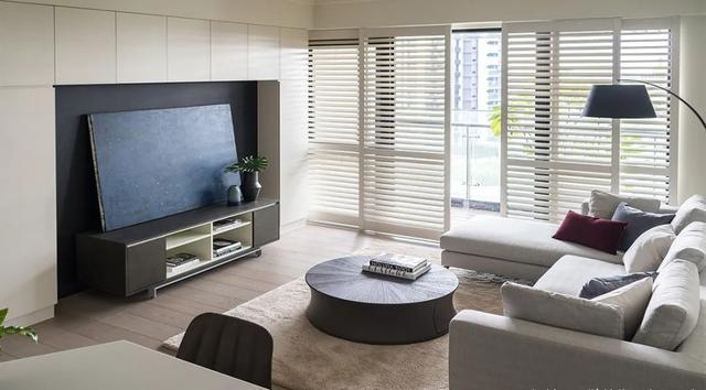 88㎡美式小戶型設計,定制白色柜子,廚房開放式,空間卻很大