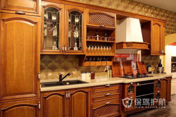 酒柜适合摆在哪里?酒柜在厨房门装修效果图